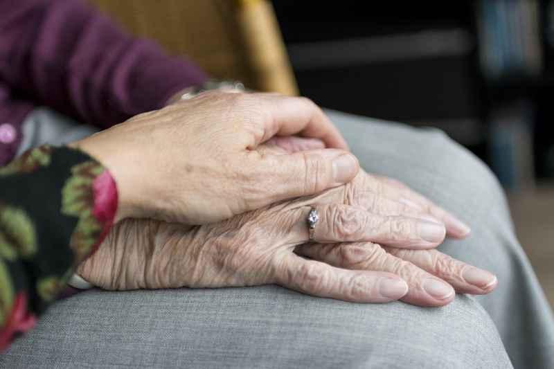 介護福祉士が給与を上げる転職は可能?